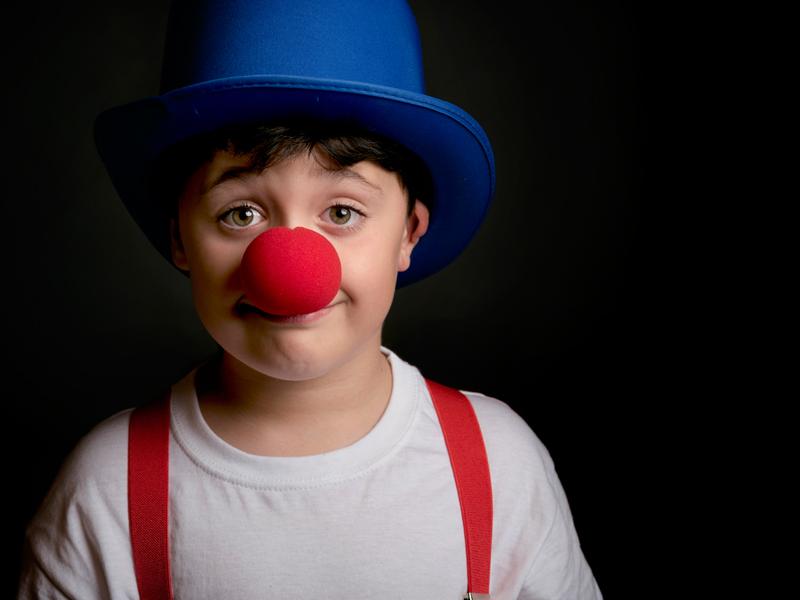 Jeune garçon déguisé en clown en colonie de vacances cet hiver