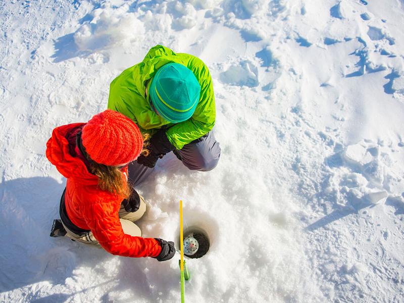 Adolescents pratiquant la pêche sous la glace