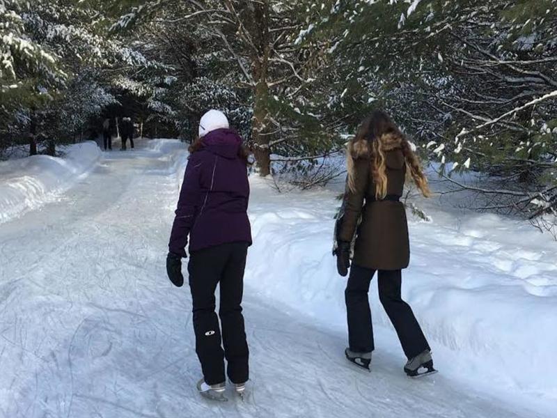 Adolescents qui font du patinage en colonie de vacances au Canada