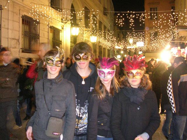 4 enfants déguisés pour le carnaval de venise en colonie de vacances