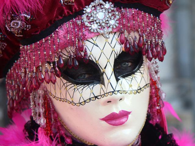 Portrait d'une personne portant un masque de Carnaval de Venise en colonie de vacances