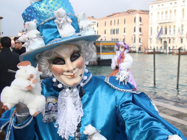 Personne déguisée durant le Carnaval de Venise en colonie de vacances