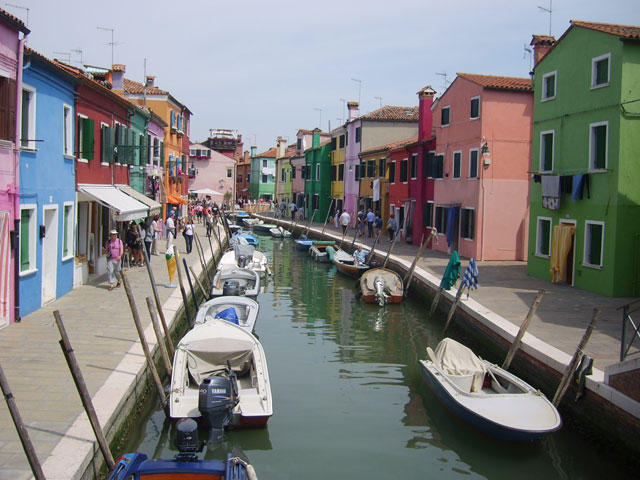 Vue sur le cours d'eau et les ruelles colorées de l'île de Murano en colonie de vacances à Venise
