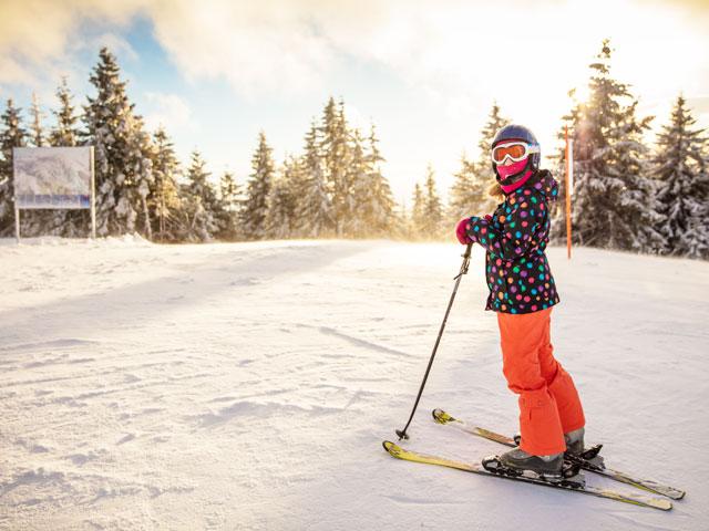Enfant à ski en colonie de vacances à la neige