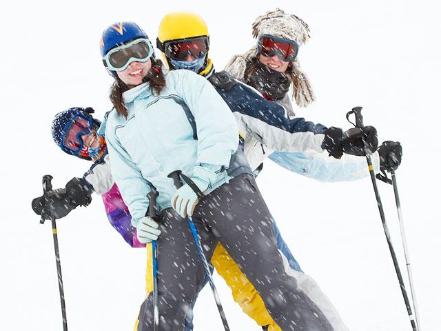 Adolescents faisant du ski sous la neige