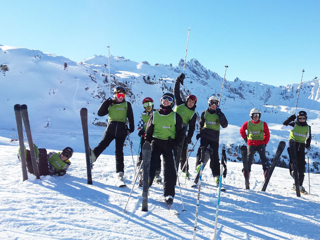 Groupe d'ados en colonie de vacances de ski