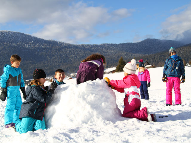 Construction d'un igloo en colonie de vacances