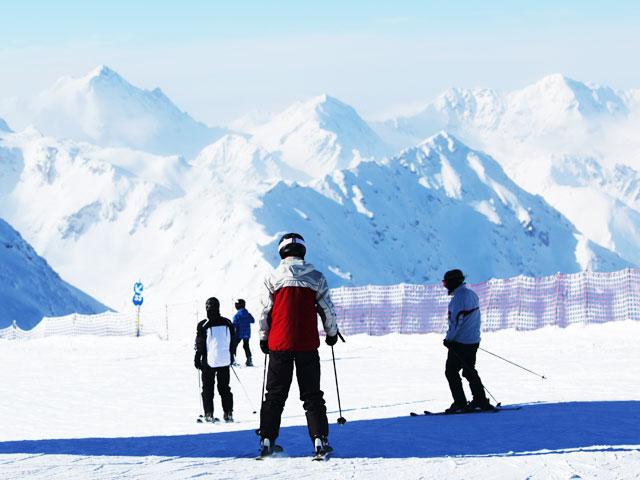 Groupe d'ados sur les pistes de ski