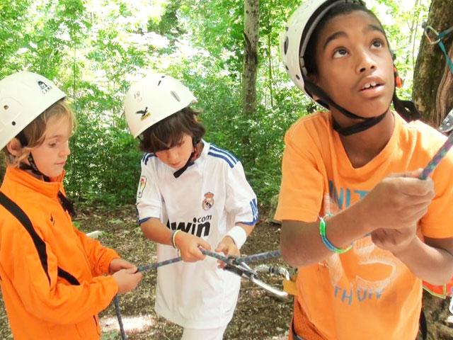 Enfants pratiquant la descente en rappel en escalade