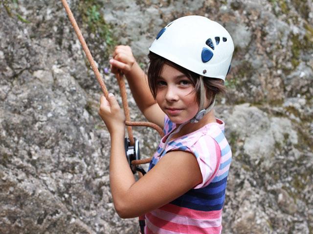 Portrait d'une jeune fille faisant de l'escalade