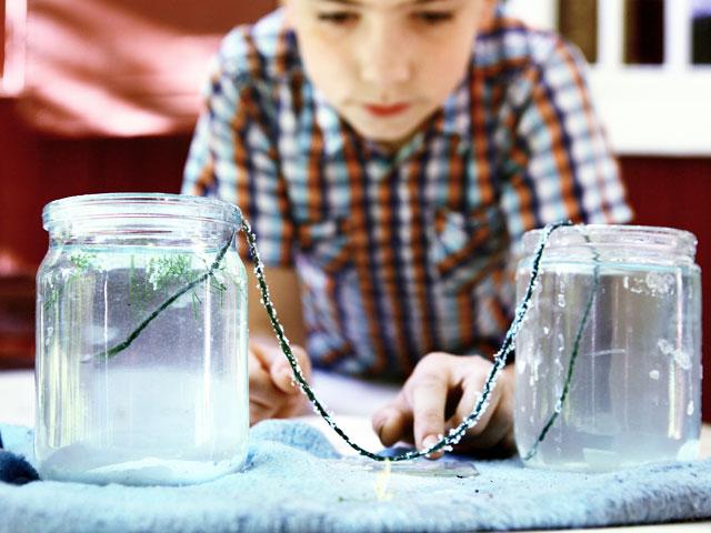 Enfant en train de faire une expérience scientifique