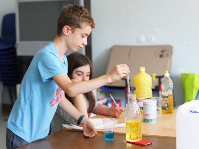 Enfants faisant une expérience scientifique en colo