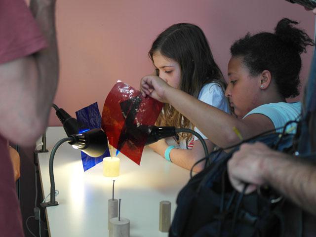 Enfants faisant une expérience de physique