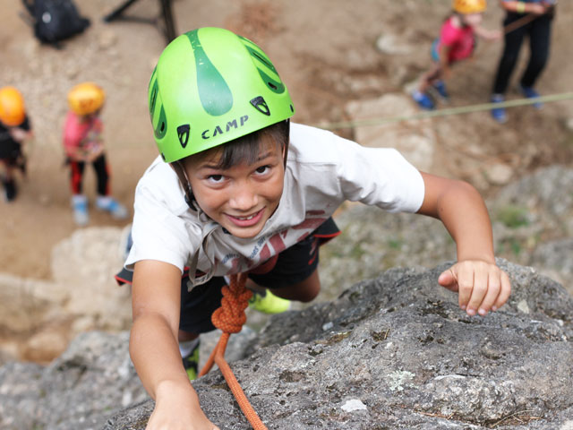 Enfant faisant de l'escalade