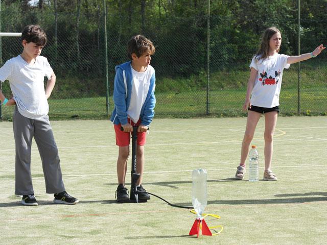 Enfants faisant décoller une fusée à eau en colo