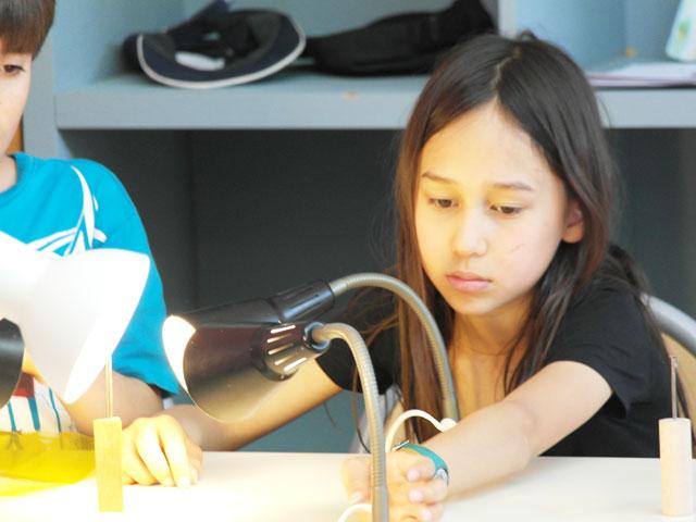 Enfants faisant des expériences scientifiques