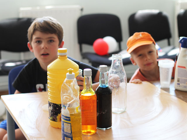 Enfants apprenant à faire des expériences scientifiques