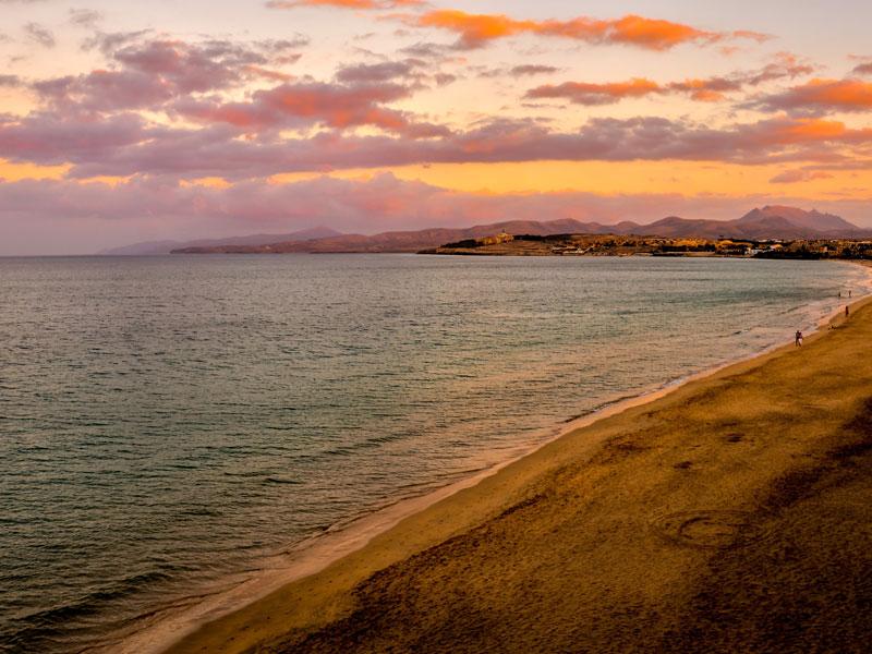 Couché de soleil sur une plage de Fuerteventura en colonie de vacances hiver pour ados