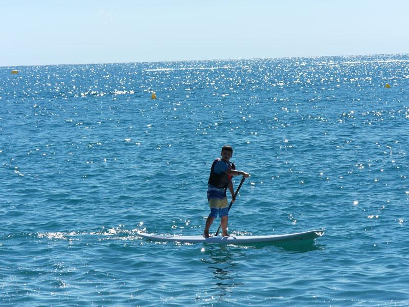 Ado pratiquant le paddle en colonie de vacances