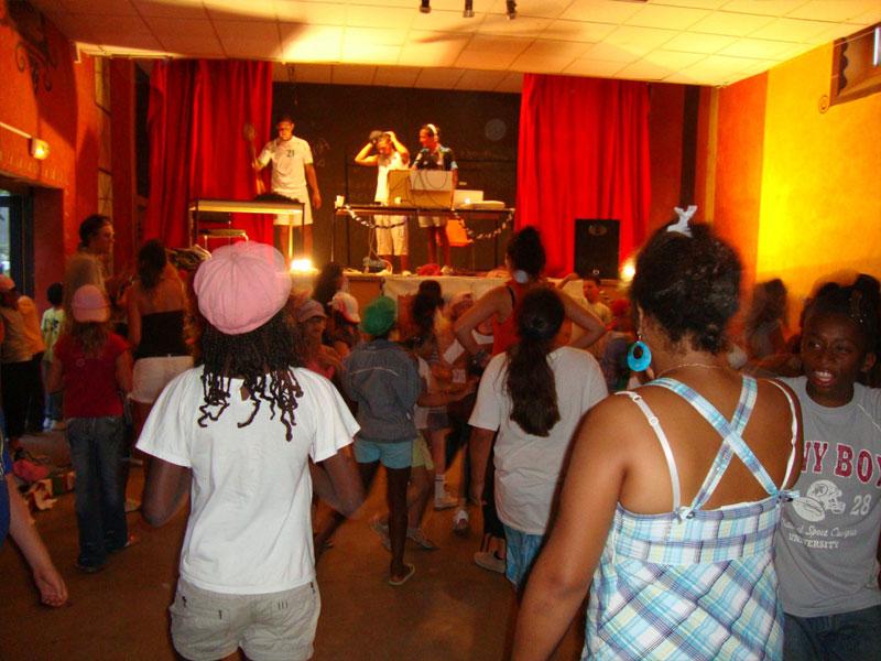 Groupe d'enfants en colonie de vacances assistant à un spectacle
