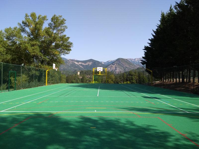 Terrain de tennis en colonie de vacances