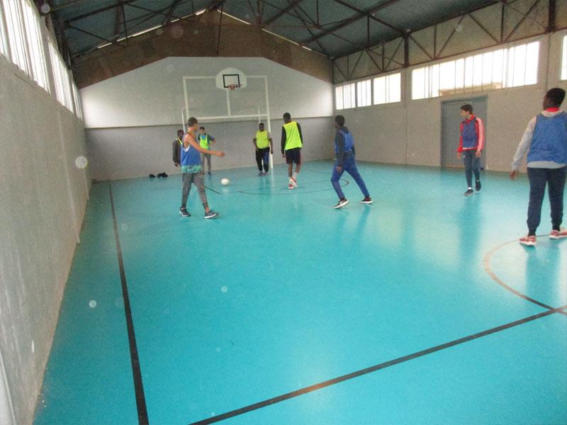 Enfants et ados faisant du sport en gymnase en colonie de vacances