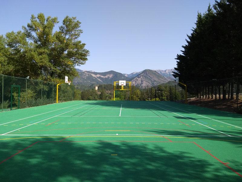 Terrain de football extérieur en colonie de vacances d'hiver