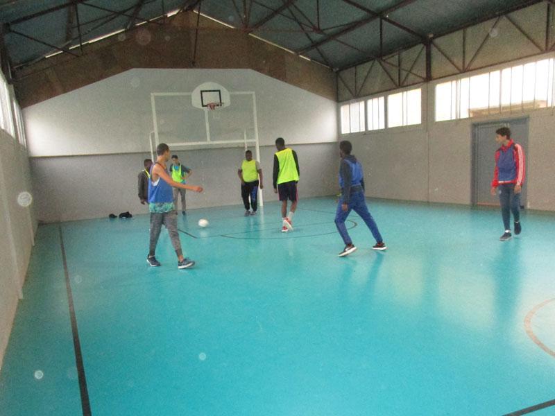 Enfants s'entrainant à la technique en football en colonie de vacances d'hiver