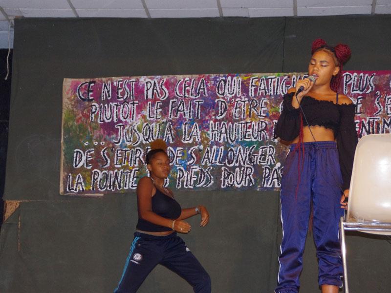 Jeune fille chantant sur scène en colonie de vacances artistiques en hiver