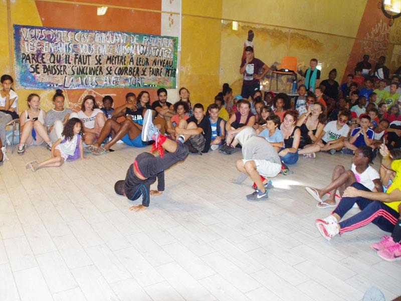 Groupe d'enfants et adolescents en colonie de vacaces