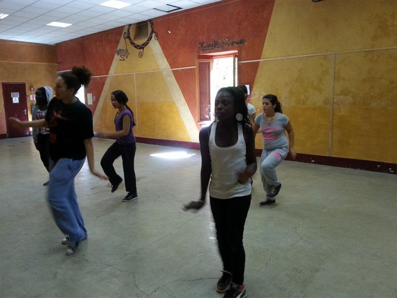 Adolescentes apprenant une chorégraphie en colonie de vacances d'hiver