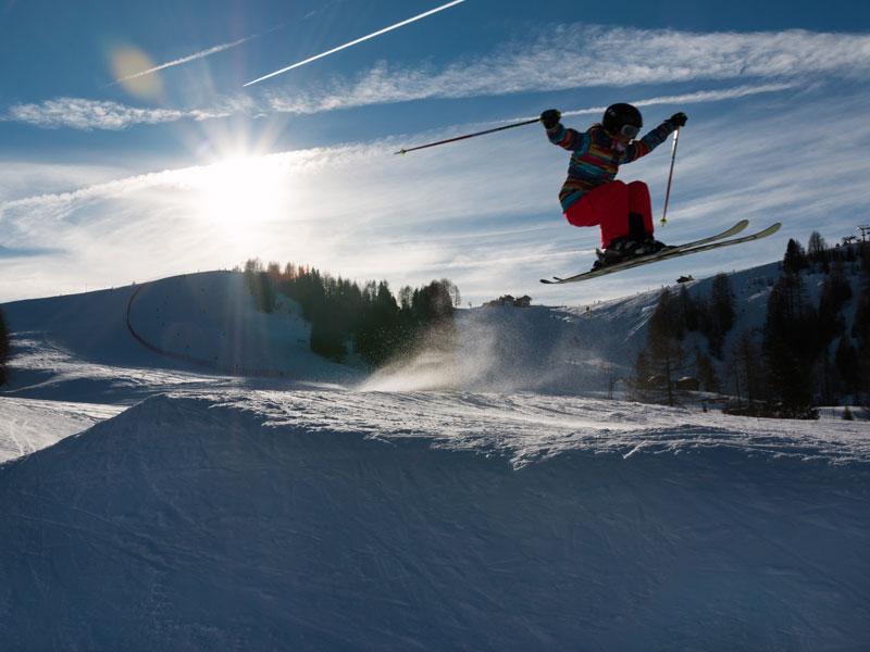 Ado pratiquant le saut à ski en colo