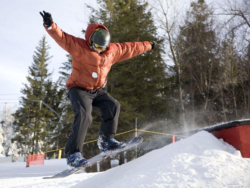 Ado de 15 ans pratiquant le snowboard en colo