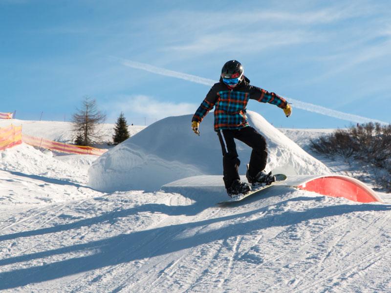 Ado s'exerçant au snowboard en colonie de vacances