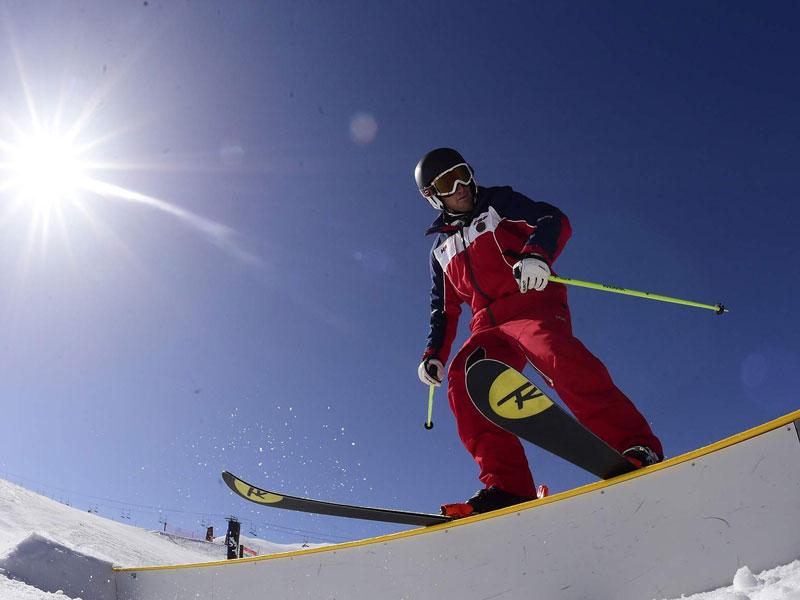Ado pratiquant le ski alpin en colonie de vacances