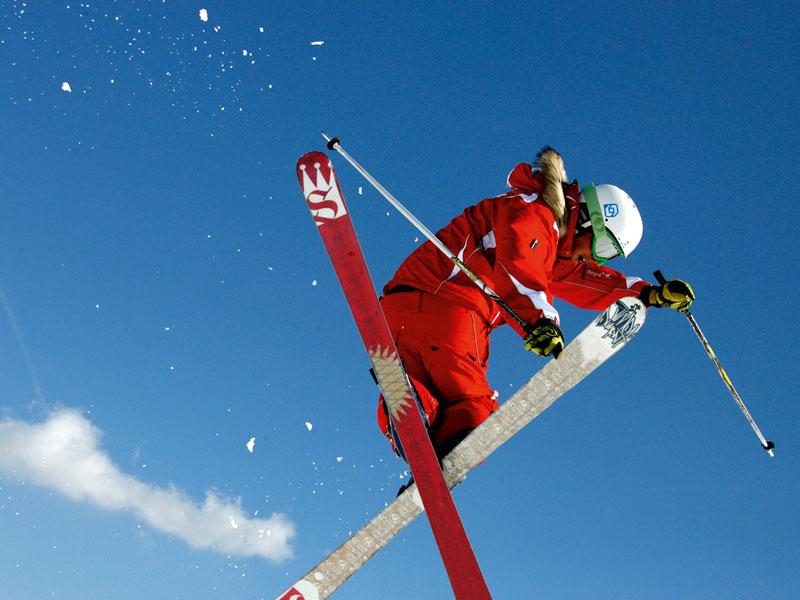 Adolescent pratiquant le ski à haut niveau en colonie de vacances