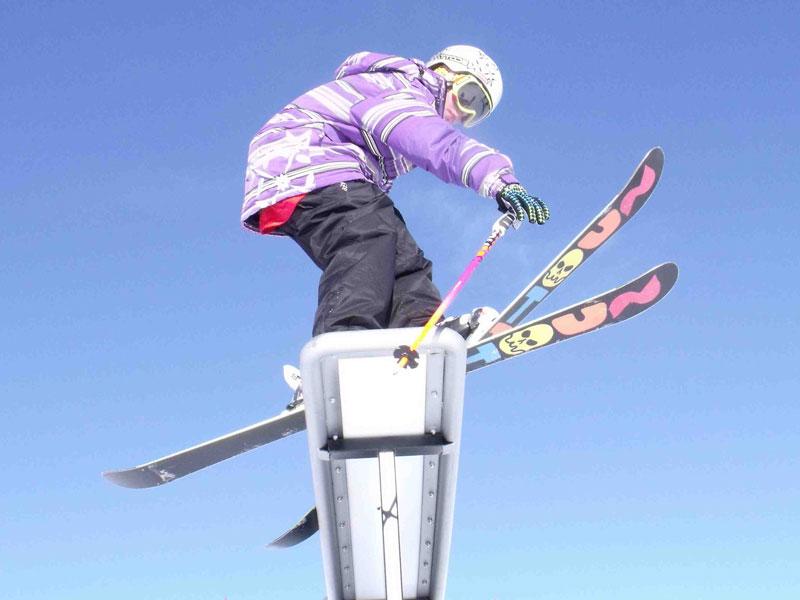 Ado faisant du ski rampe en colo