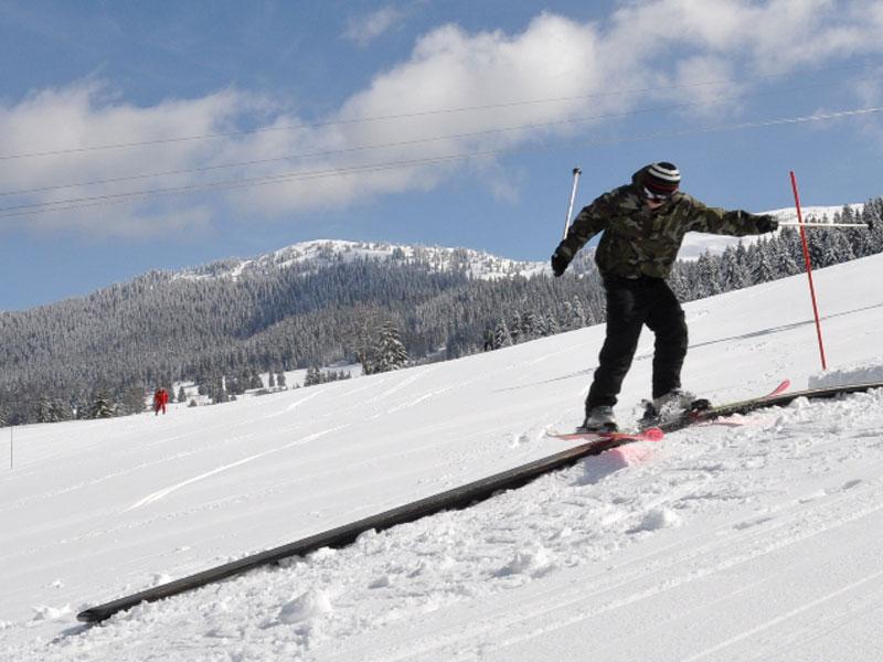 Ado pratiquant le ski en colonie de vacances