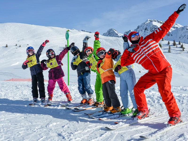 Groupe d'enfants sur les pistes de ski en colo
