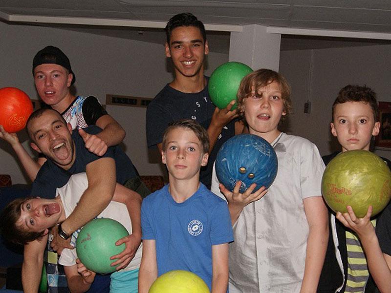 Enfants jouant au bowling en colo en Belgique