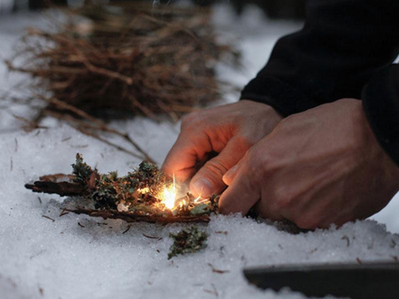 Apprendre à faire du feu dans la neige en colonie de vacances