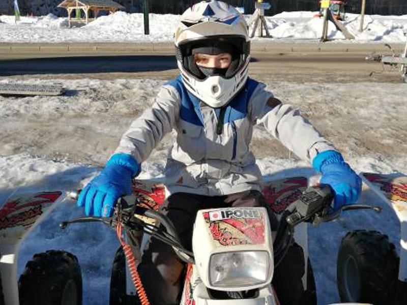 Enfant faisant du quad des neiges en colonies de vacances