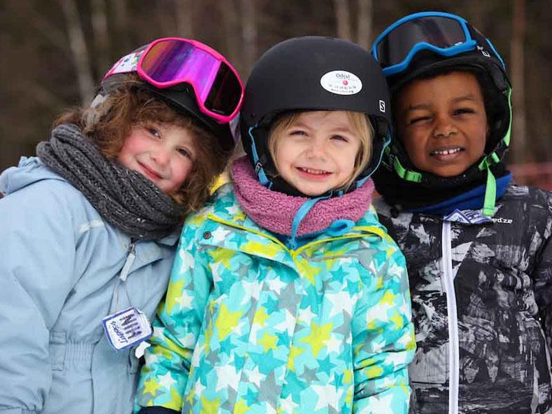 Fillettes apprenant à skier en colonie de vacances à la montagne
