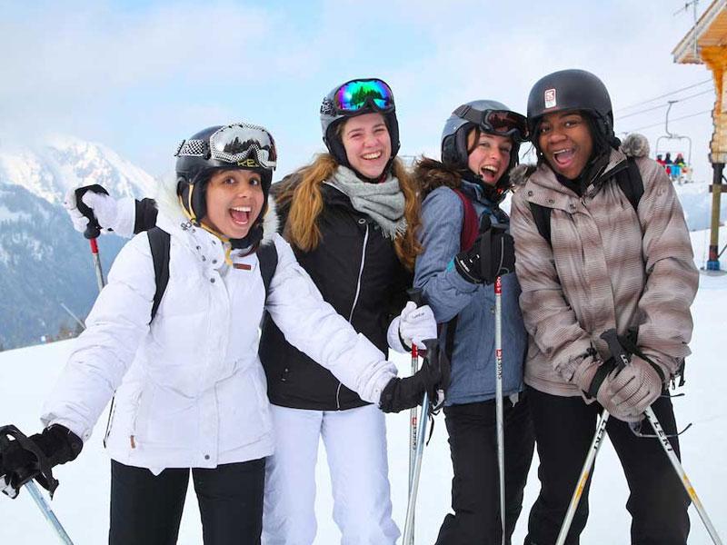 Groupe d'ados en colonie de vacances au ski