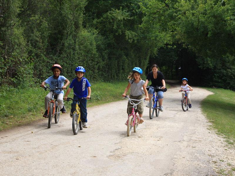 Enfants en balade à vélo en colonie de vacances