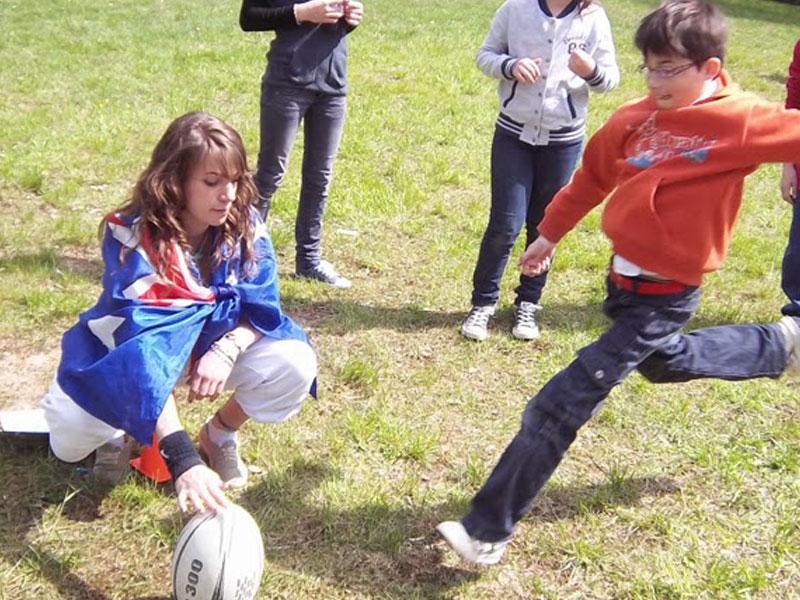Enfants jouant au football en colonie de vacances d'hiver