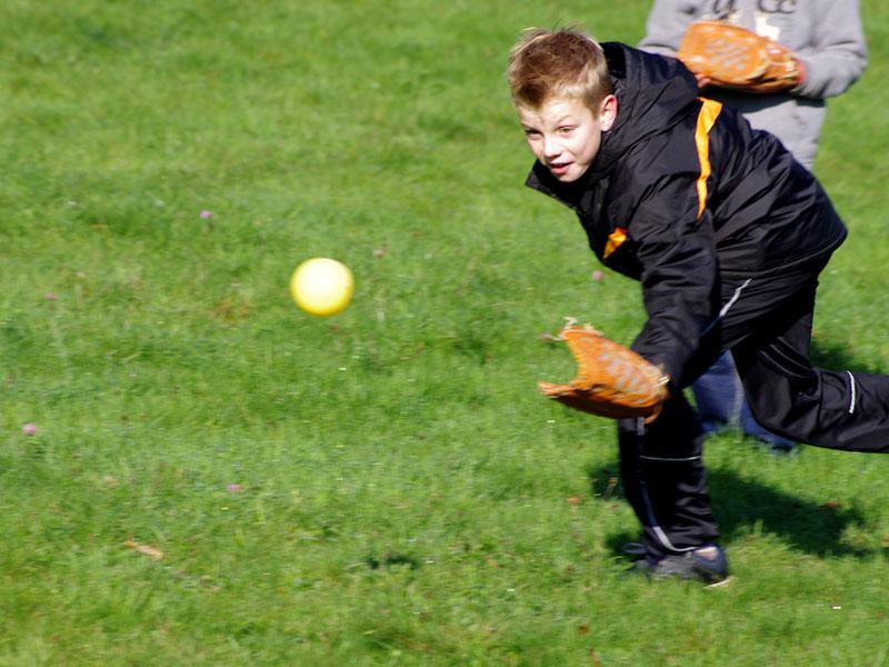 Enfants qui jouent au football américain en colonie de vacances
