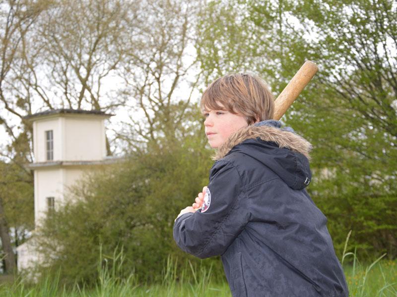 Enfant jouant au baseball en colonie de vacances en Février