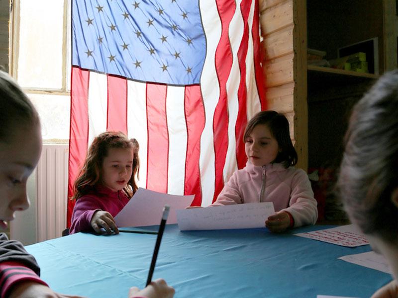 Enfants apprenant l'anglais en colonie de vacances