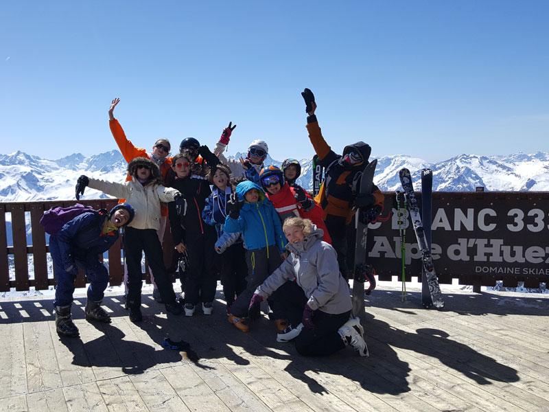 Groupe d'ados en colo au ski